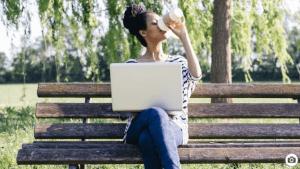 Abwarten und Kaffeetrinken? Beim Dating-Trend Benching sitzt der Partner auf der Reservebank.