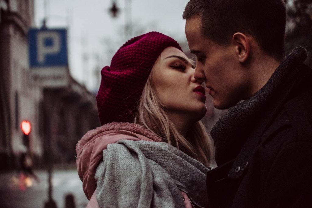 Ex-Freundin zurückholen: Frau ist im Begriff, Mann zu küssen