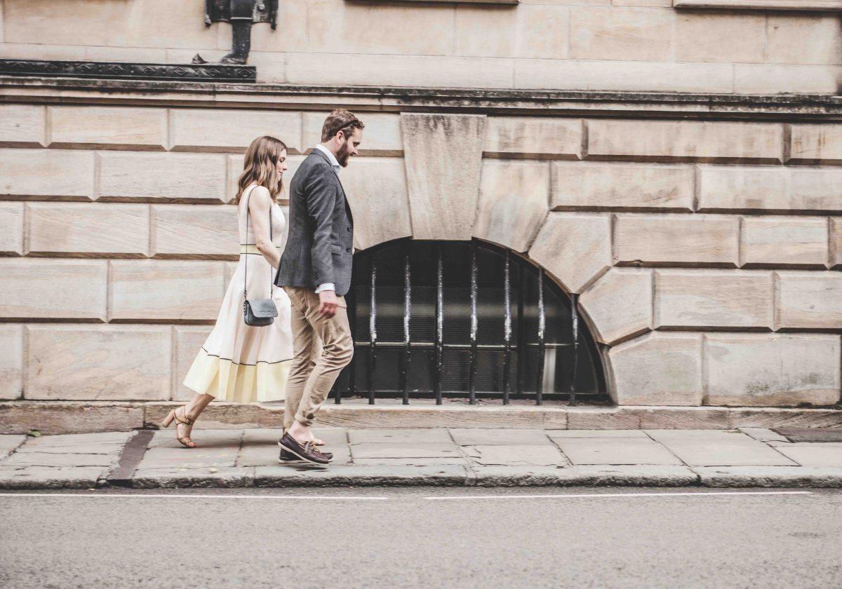 Ex hat schon jemand Neuen: Glückliches Paar läuft händchenhaltend über den Bürgersteig