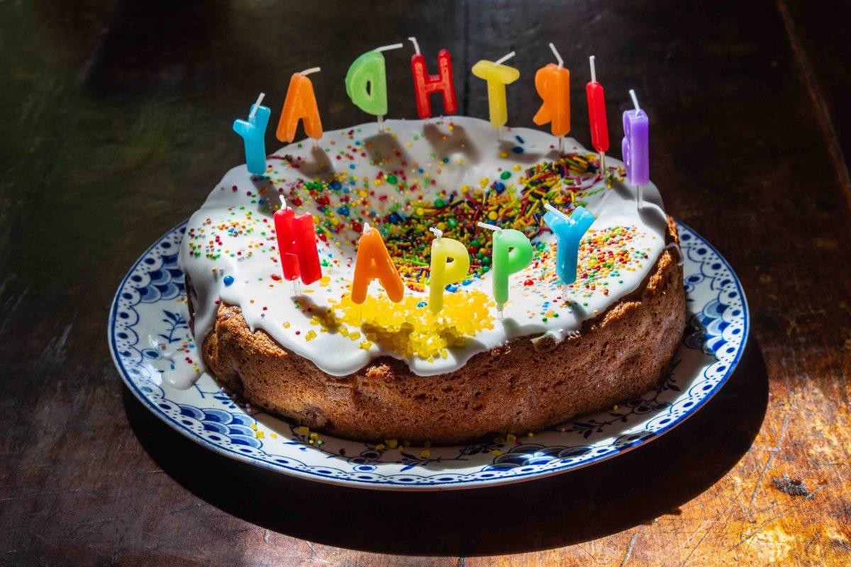 Ex zum Geburtstag gratulieren? Geburtstagskuchen mit Happy Birthday Kerzen